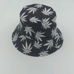 כובע טמבל גראס לבן על רקע שחור