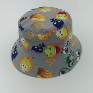 כובע טמבל סמיילי צוחק רקע אפור